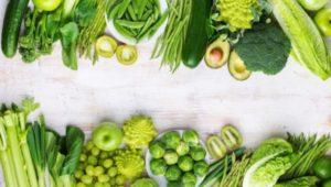 Зеленые волокнистые овощи и авокадо