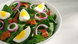 Салаты с беконом и яйцом