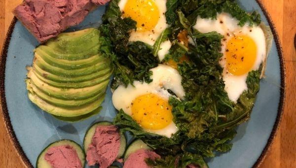 Готовая кето яичница глазунья с помидорами, листовой капустой и паштетом