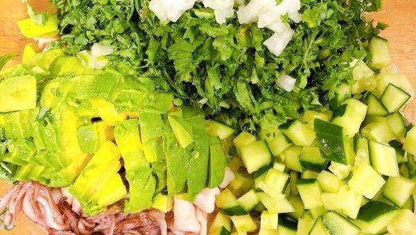 Кето салат с кальмарами на диетический завтрак