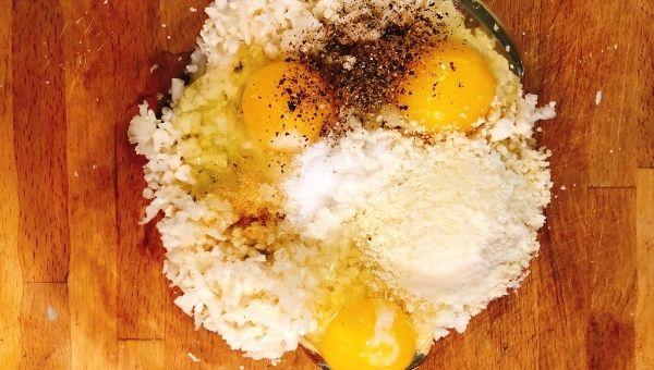 Добавляем яйца, специи и сыр